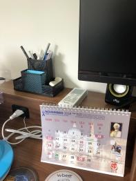 Detalhe no Home Office com canetas e calendário