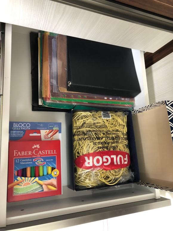 Gaveta no Home Office com suplementos de escritório