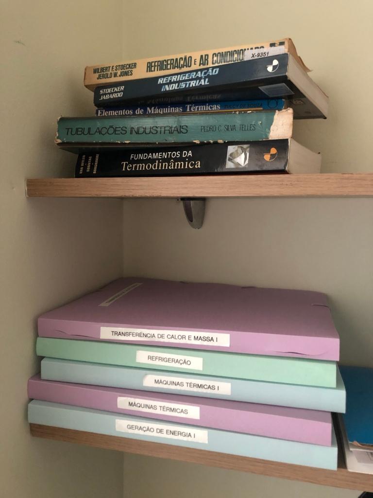 Foto de pastas de plástico e alguma livros antigos