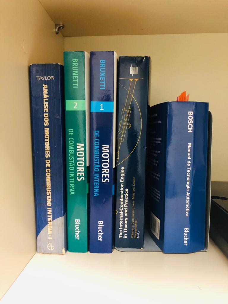 Foto de livros diversos sobre motores de combustão interna